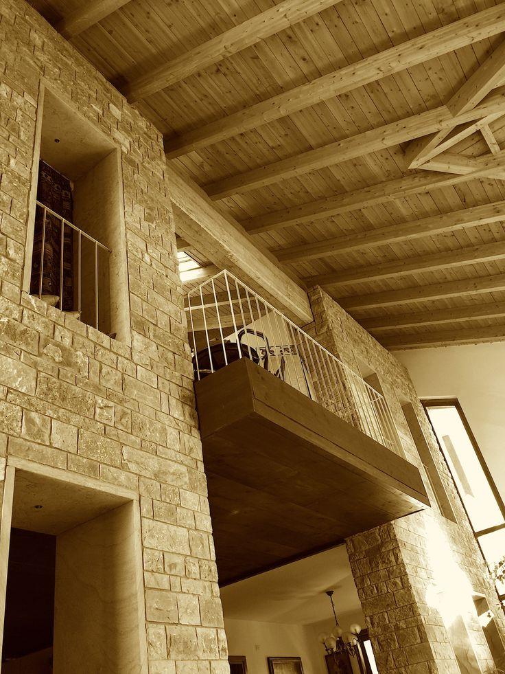 """Il ponte della casa di Città si sporge sul MONDO. Foto A.S. Una strada urbana, attraverso una parete di soglie e finestre, porta la grandezza della Città nella forma spaziale maggiore che chiamo """"mondo"""" interno della casa: il piccolo di qull'apertura/chiusura che è la vera grandezza del Mondo. La casa si affaccia tramite un ponte sul vuoto. Foto di A.S di Casa a Potenza 1°bioclimatica (2005-06).Progetto di A. Sichenze, I.Macaione, M.I. Insetti con G.Izzi."""