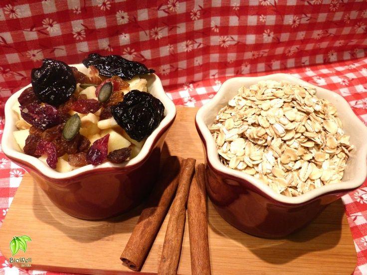 Egészséges napindító reggeli  Az egészséges zabkása hozzávalói:  1 csésze zabpehely  1 csésze (növényi) tej  1 csésze tisztított víz  édesítésként: méz, valamilyen édes szirup vagy nyírfacukor  fűszerként: őrölt fahéj, őrölt szegfűszeg  mazsola, aszalt szilva, áfonya - friss gyümölcs pl. alma, banán  tökmag, napraforgómag, dió