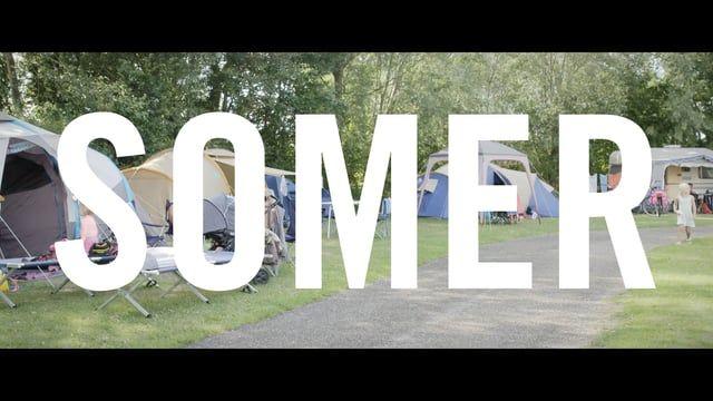 Een Ensoriaanse mozaïek van gezinnen en drarries op een camping aan zee.  Met SOMER brengt de sociaalartistieke organisatie Victoria Deluxe zijn eerste langspeelfilm uit. Ondersteund door coproducent Potemkino, verbleef de 50-koppige cast en crew in juli2015een maand lang op een camping aan de Belgische kust. Tien maanden later is de film te zien in de Gentse Sphinx Cinema.Een onvoorstelbaar avontuur!  Over de film  Gezinnen, jonge koppels en pubers zakken in de zomer van 2015 af na...
