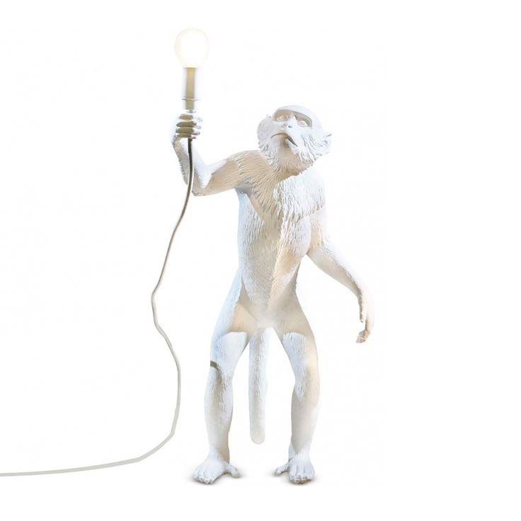 Articolo: SELETTI14880Seletti utiliza de nuevo la colaboración de diseñadores de Marcantonio Raimondi Malerba para crear la lámpara Monkey, una colección original de lámparas con forma de un mono. Con la lámpara Monkey, puede llevar a sus casas algunos monos divertidos en resina blanca, dando un toque divertido a sus ambientes interiores. Seletti ofrece estos monos lindos en tres posturas diferentes: la versión de escritorio es un mono que está sentado, el mono de la tierra está en pie…