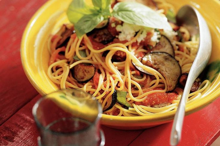 Spaghetti met aubergine-tomatensaus - Recept - Allerhande - Albert Heijn