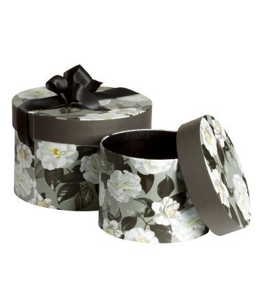 9.99$ вместо 24.99$ Round cardboard storage boxes with lids and a printed pattern. Large box with satin ribbon tie for lid. Diameter of small box 7 in., height 4 1/4 in. Diameter of large box 9 in., height 6 in.