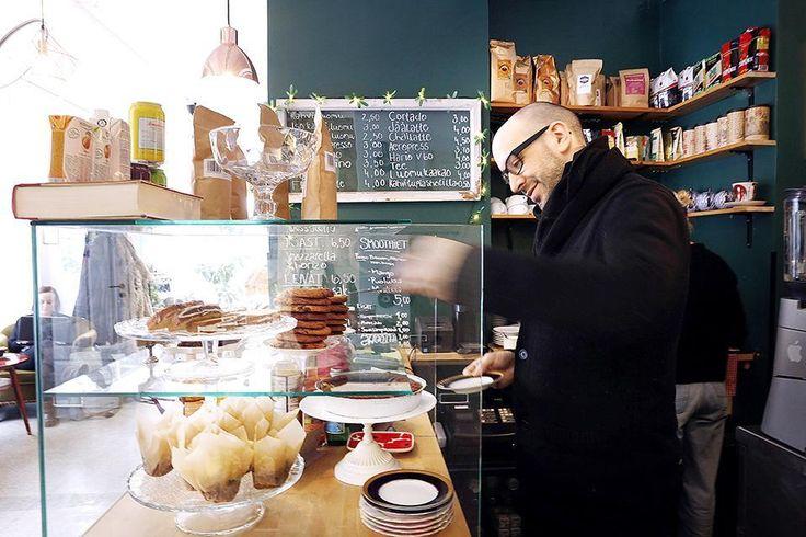 11 uutta kahvilaa: Pequeño-kahvilan tiskin takana häärii omistaja Urito Moreno. Helsinki kahvilat