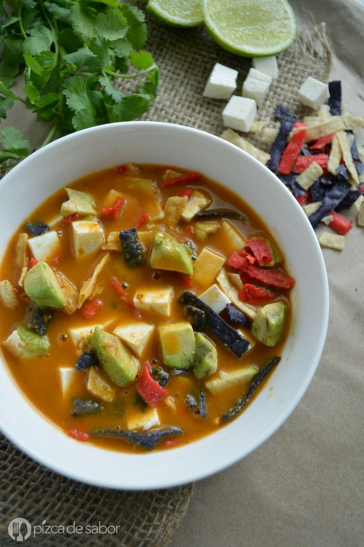 Cómo hacer sopa de tortilla (receta fácil) - Pizca de Sabor | I think I can make this completely raw vegan except for beans and pozole (hominy). Omit the tortillas and cheese, add a sprinkling of pumpkin seed