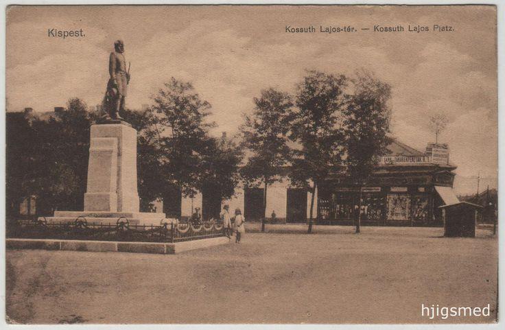 Piac tér, Kossuth-szobor. Jobbra Füredi Miksa Üllői útra nyíló nagyáruháza. A fotó a 39. kép felvételével egy időben készülhetett, s míg az előzőn nem látható Füredi Miksa áruházának kirakata (az árnyékokból kiindulva pont az Üllői útra sütött a nap, így lehúzták a redőnyöket), ezen a fényképen ráláthatunk arra a bizonyos úri divatra, noha kicsit messzebbről. A Kossuth-szobrot néhány hónappal a fényképész megérkezése előtt leplezték le.
