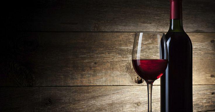 Cómo hacer vino casero delicioso sin levadura. La levadura es una cepa de bacterias que favorecen la fermentación y es un componente clave en la producción de bebidas alcohólicas como la cerveza y el vino. Eso no significa que no haya una forma de evitar la incorporación de levadura. Consigue solamente alrededor de 3 libras (1,4 kg) de moras frescas y sigue una serie de pasos para hacer un ...
