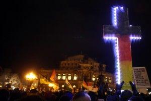 Christliche Kreuze sind auf den Pegida-Demonstrationen in Dresden ein beliebtes Symbol. Die islamfeindliche Bewegung und Evangelikale haben viel gemeinsam