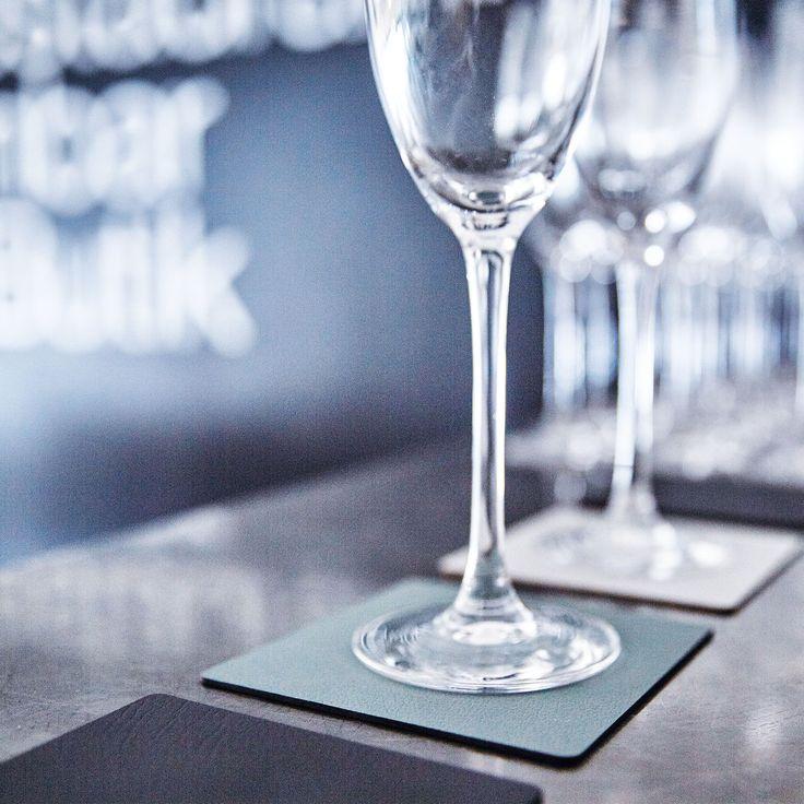 Dänisches Design: Edle Glasuntersetzer tableMAT aus recyceltem Leder