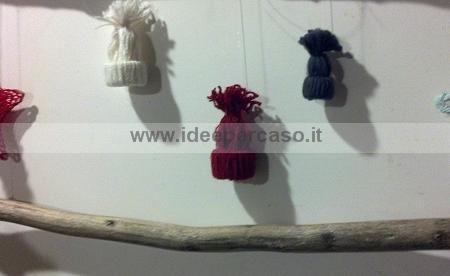 decori per Natale fai da te,come fare dei piccoli cappelli di lana da appendere all'albero di Natale