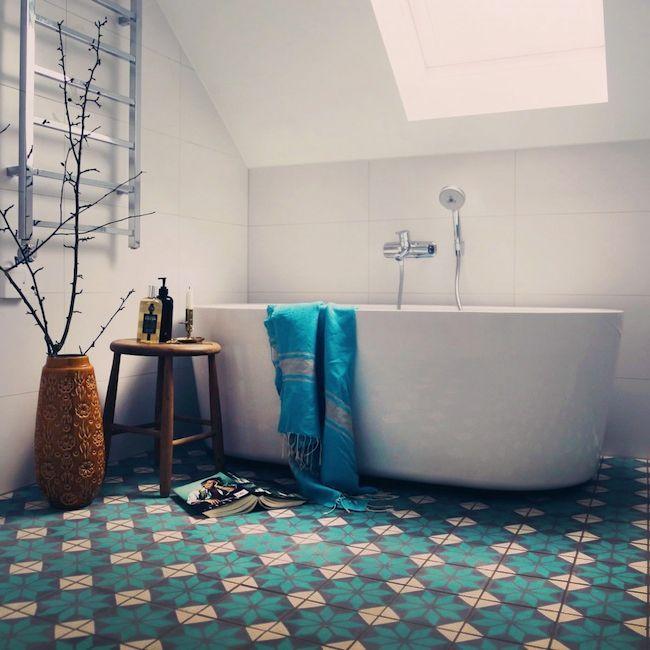 Mooi bad op vloer van portugese cementtegels