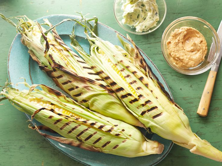 Get this all-star, easy-to-follow Perfectly Grilled Corn on the Cob recipe from Bobby Flay. Peel back husks, remove silk, replace husks. Soak in salted water for 20 min. Grill 15-20 min in a covered grill, turning every 5 min. Smear with butter.