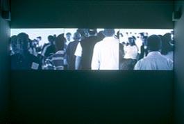 « Ciudad », le film de B. Burkhard a cette particularité de faire alterner ces vues cavalières, massives, en noir et blanc, avec d'autres séquences en couleurs prises au ras du béton. Sera-ce l'occasion de plonger plus avant dans la singularité de la ville mexicaine pour y vérifier une autre constance de la civilisation urbaine, celle de la foule et celle de son meilleur complice — le flâneur — ; ou d'y découvrir une raison politique sur l'emprise de globalisation et sur les phénomènes de…