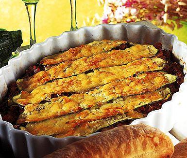 Mättande och god köttfärs- och squashgratäng som du tillagar på mindre än 45 minuter. Ingredienser som basilika, squash, nötfärs, tomater och lök ger denna gratäng en fyllig och lantlig smak.