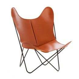 El sillón de cuero clásico AA Fauve es el modelo clásico de cuero suave en color marrón claro y cuero liso. El cuero está cosido con cuatro trozos y las costuras garantizadas de por vida. Uso en interiores.