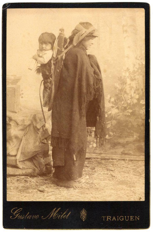 Mujer mapuche y su hijo.