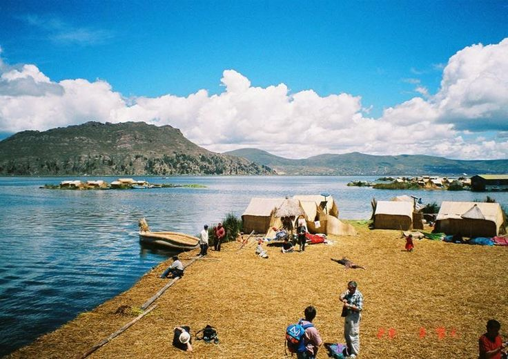 Uros Floating Islands on the lake of Titicaca, Peru — One of the earliest pre-Inca cultures of Peru. The Uros Island is one of the most famous islands of Lake Titicaca , is located 6 km from the port of Puno and located at a height of about 3,800 meters
