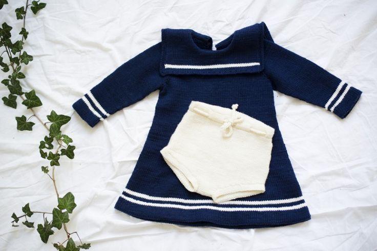 MATROSKJOLEN FRA MINISTRIKK.NO: Kjolens a-form og trekvarte ermer gjør at jenta kan ha den i lange tider. Først som kjole, siden som tunika. Tips: Strikk babyshortsen fra Hentesettet og ha under. Så kan den brukes i opp mot to år frem i tid. Ministrikks Matroskjole strikkes på pinne 3. Str 6 mnd - 6 år.
