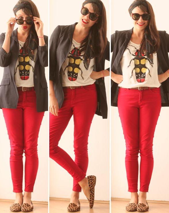 calça vermelha, sapato oncinha, camiseta branca, blazer preto