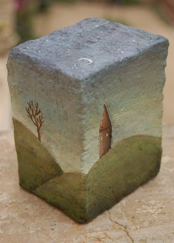 Este es uno de una clase caja papel maché hecho a mano, dentro se encuentra una mano scuplted polímero muñeca de barro. Ambas están pintadas en