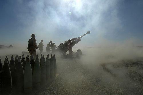 100 Images de l'Afghanistan - Jour 45. Base de patrouille Wilson, district de Zhari, province de Kandahar, Afghanistan. Les artilleurs de la batterie X du 5e Régiment d'artillerie légère du Canada (5 RALC) à la base de patrouille Wilson repositionnent l'arme no 2, un obusier M-777 de 155 mm, après avoir reçu une mission de tir pour appuyer les forces de la coalition qui ont repéré une position tenue par les talibans.