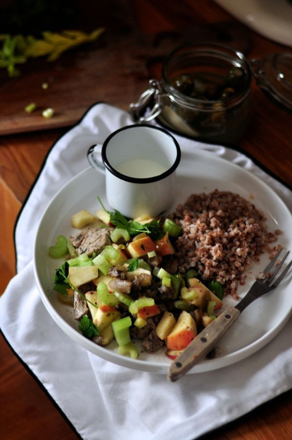Polędwiczki wieprzowe z kaszą gryczaną, jabłkami, pieczarkami, selerem i majerankiem. Obowiązkowo kubek kefiru