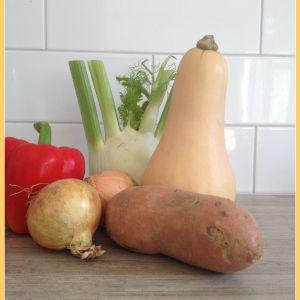 Herfstgerecht: Pompoen met kip Ingrediënten (voor 4 personen)pompoen 1 pompoen 1 venkel (flinke knol) 1 rode paprika 1 zoete aardappel 2 uien 250 - 300 gram biologische kipfilet 150 gram zilvervliesrijst olijfolie 300 ml kippenbouillon