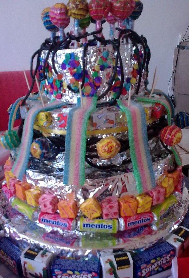 Deze snoeptaart doet t heel goed op feestjes!   Nodig: 2 of 3 of meer lagen van piepschuim (hobbywinkel/Xenos) op elkaar plakken en bekleden met oa aluminiumfolie.  Snoepdoosjes/ Fruitella met dubbelzijdig tape bevestigen aan de snoeptaart. Snoep kan je ook bevestigen met prikkers/parapluutjes.   Is de taart op/leeg? Volgend jaar weer een nieuwe maken!