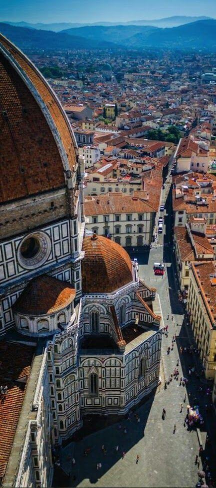 Piazza del Duomo (Florencia) Italia..  La Piazza del Duomo es una plaza situada en pleno centro histórico de Florencia, Italia. Está dominada por la Catedral y los edificios relacionados, como el Campanario de Giotto y el Baptisterio de San Juan, pese a que la hipotética línea entre Via de' Martelli y Via Calzaiuoli divide la plaza en dos secciones, con el Baptisterio en la homónima Piazza San Giovanni.