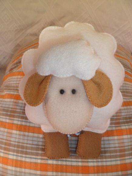 Ovelha em feltro, costurada a mão.  Podem ser lembrancinhas de maternidade ou enfeite.  Tamanhos variados.    Para produzir em quantidade, o prazo será estabelecido no pedido.