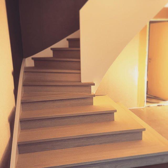 Spesialtilpasset versjon av modellen JUNE #Trapperingen #showroom #binnværas #tuva #moderne #inspiration #inspirasjon #interior #interiør #interiørdesign #vibyggernytt #vibyggerhus #funkis #trapp #stairs #woodwork #woodworking #nordiskehjem #skandinaviskehjem #norskdesign #design #homedecor #homeinspo #boligdrøm #boligdrom #interior123 #interior4all