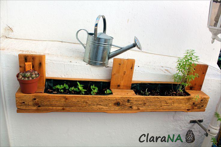 No ens oblidem de les plantes, també tenim jardineres per adornar la terrassa o jardí.#Reciclar #Palet #Jardinera
