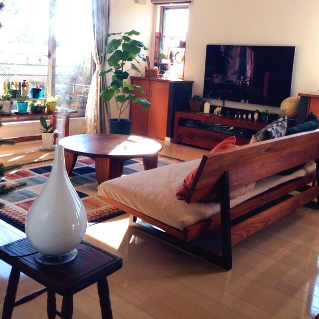 yossyさんの、リビング,植物,加湿器,ソファ,スツール,ラグ,多肉植物,ローテーブル,テレビボード,広松木工,棚DIY,のお部屋写真