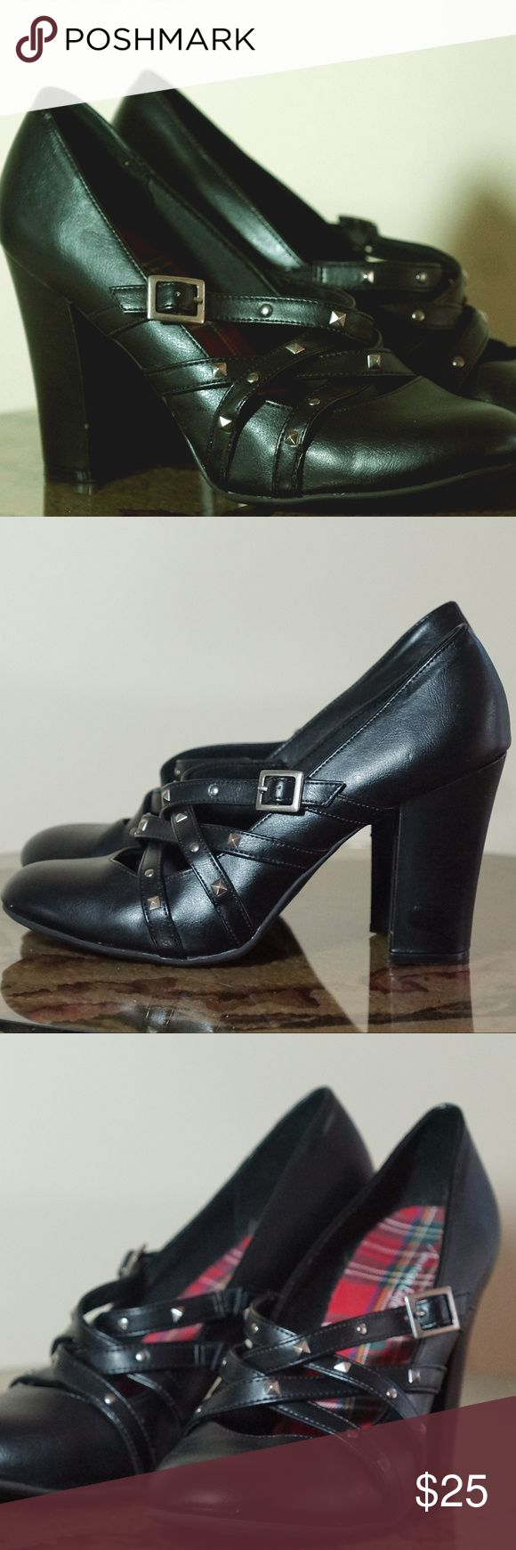 """NWOT AM EAGLE CHUNKY HEELS STRAPPY PROM WEDDING From American Eagle Super Sexy Stacked & Strappy- 4"""" CHUNKY Heels SIlver Side Buckles Silver Studded  Sexy 1/2"""" wide Straps Size 10 No box included- floor models- may have been walked in, but never actually worn! See pics American Eagle Shoes Heels"""