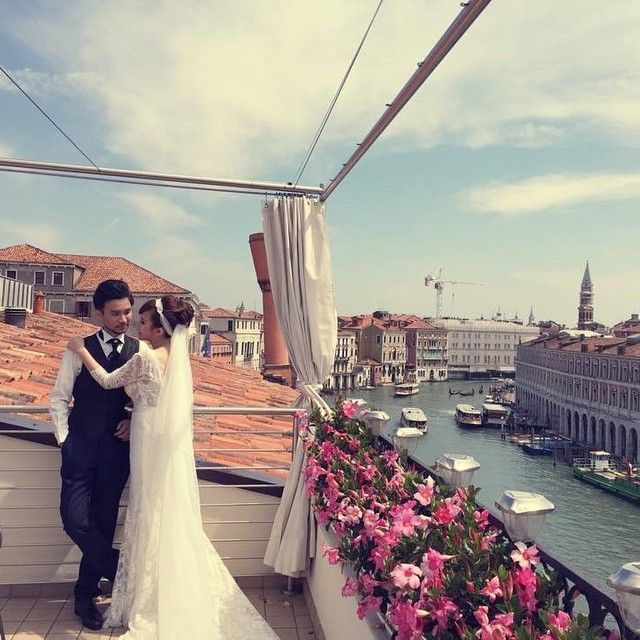 A #fairytale in #Venice #rooftop #rooftopterrace #fairystory #grandcanal #sky #sanmarco #wedding #weddinginvenice #groom #bride #wed #married #venezia #casagredohotel #luxuryhotel #flowers