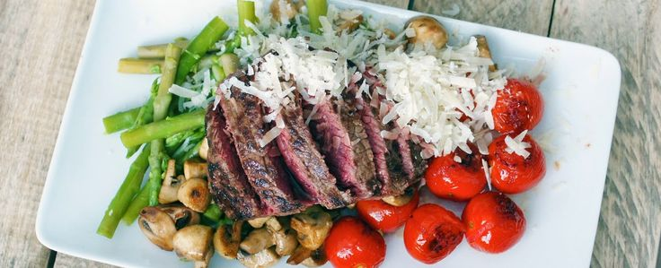 Biefstuk met aspergetips, gebakken tomaten, champignons en parmezaanse kaas
