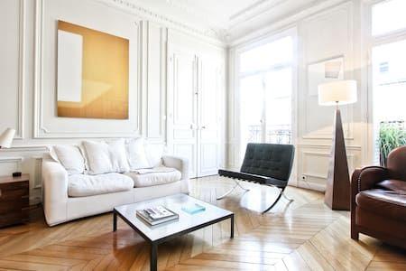 Bekijk deze fantastische advertentie op Airbnb: Parquet-moulures-cheminée - Appartementen te Huur in Parijs