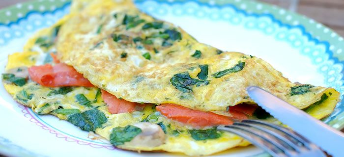 Een makkelijke spinazie-omelet met zalm en champignons