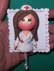 Broche enfermera personalizados, color de pelo, color de ojos... lleva puesto el nombre