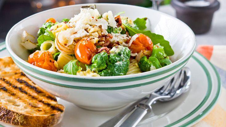 Laga en härligt gräddig pasta med ugnsrostade tomater, bacon och pinjenötter. Det här receptet är klart på bara 30 minuter!
