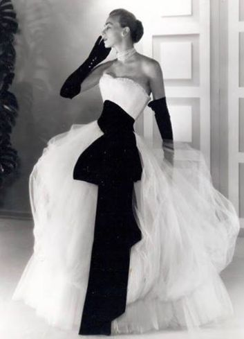 Simply stunning in black and white. Vintage 1950s Glamour #fashion #1950s #glamour