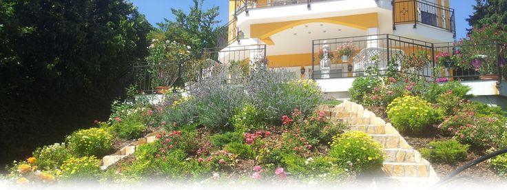 Erről a virágos kert megépítéséről olvashat honlapunkon.  http://www.tiptopkert.hu/kertepites-budapest-ii-keruletben/