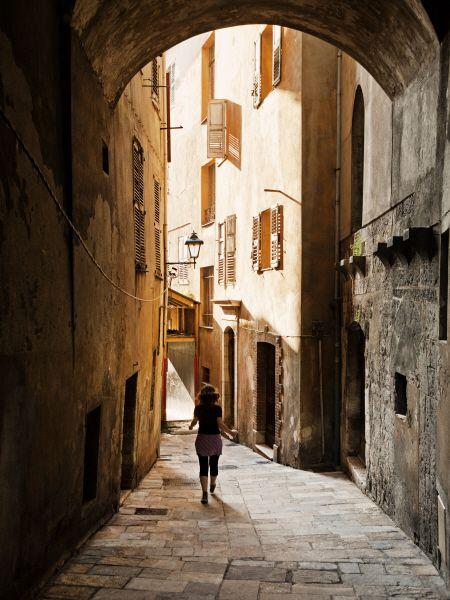 Une rue dans la vieille ville de Grasse - A street in the old city of Grasse, French Riviera #Grasse #FrenchRiviera #street #rue Fragonard PARFUMEUR