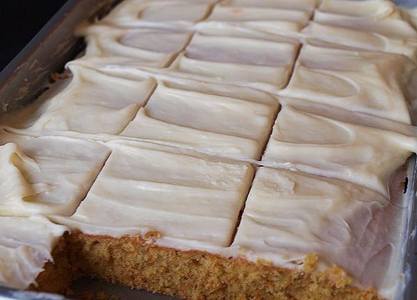 carrot cake - En dit heb je nodig.        1 kleine winterwortel (ca. 200 g)      200 g boter      150 g fijne kristalsuiker      2 eieren      200 g zelfrijzend bakmeel      1 theelepel kaneel      100 g verse roomkaas      125 g poedersuiker      1 zakje vanillesuiker