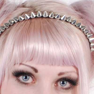 Zac's Alter Ego. Wil je jou look een beetje edgy maken? Daar is deze haarband uitstekend voor. Het is een dun metalen haarbandje, met zwarte stof afgewerkt en bekleed met zilverkleurige studs.