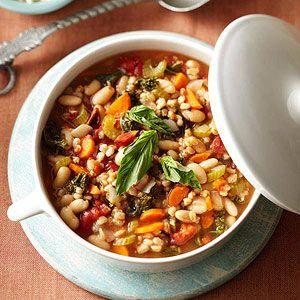 Mediterranean Kale & Cannellini Stew with Farro. Tomat panggang menambahkan rasa berasap untuk sup Italia memuaskan ini. Jika Anda tidak dapat menemukan mereka, jangan ragu untuk menggunakan tomat dipotong dadu biasa.