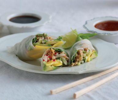 Älskar du asiatisk mat ska du prova dessa fräscha rispappersrullar med kyckling, grönsaker och mango. Den goda asiatiska smaken får du med koriander, chili, lime och teriyakisås.