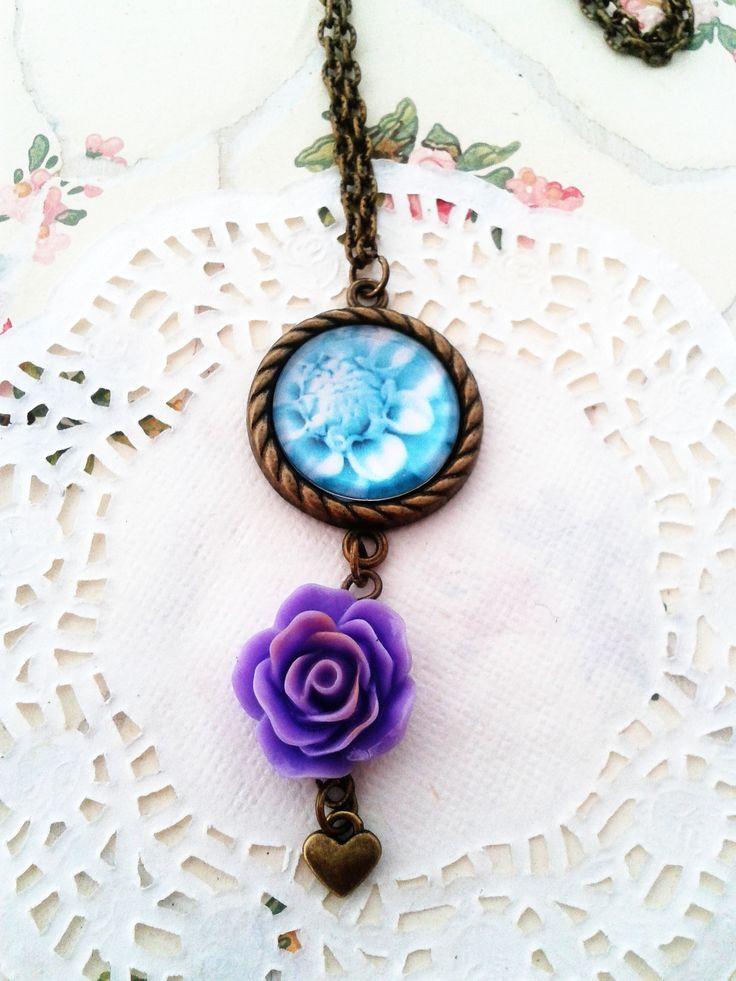 Virágos medál rózsás műgyanta virággal kiegészítve