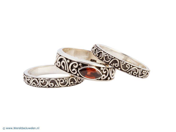 Drie Balinese decoratieve zilveren ringen met granaat