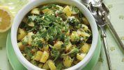 Opskrift på lækker, kold kartoffelsalat med friske krydderurter.