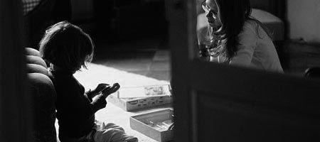 Historias de miedo: La joven canguro - Una joven pareja había tenido que llamar a una agencia de canguros para guardar a su hijo ya que tenían una cena importante y tenían que asistir sólos, sin el pequeño. Ellos tenían una canguro de confianza, pero esa noche se había puesto mala, por lo que, sin más remedio, habían tenido que llamar y confiar en la profesionalidad de la agencia. Estaban nerviosos. Pero al llegar la chica de la agencia se tranquilizaron. La joven canguro que llegó a casa…